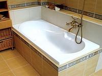 Как скрыть пространство между ванной и стеной
