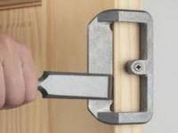 как правильно навесить дверь на петли