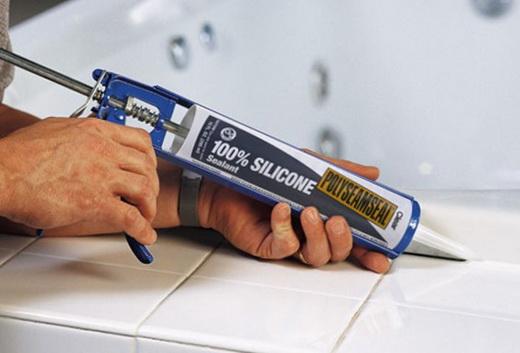 Силиконовый герметик для заделки щели между стеной и ванной