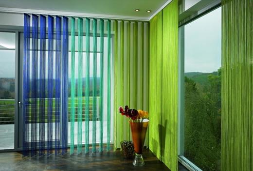 вертикальные жалюзи на окне в квартире. Фото