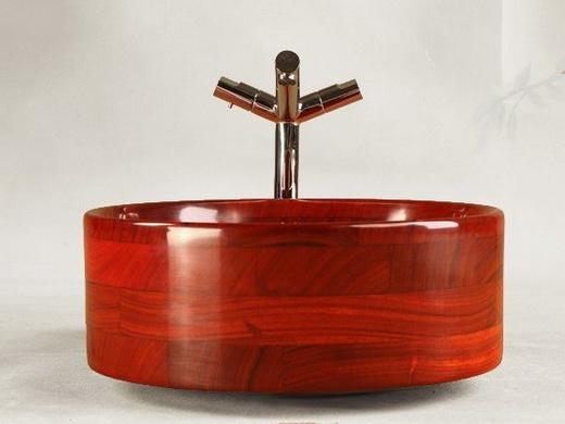 Дорогая деревянная раковина в ванную комнату