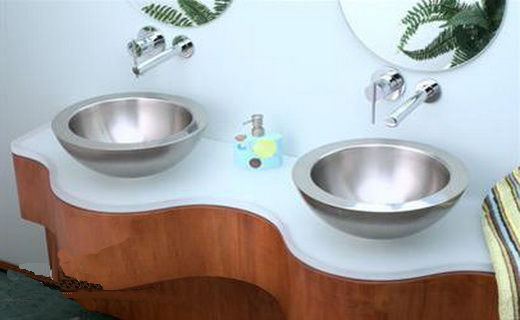 раковина из стали в интерьере ванны