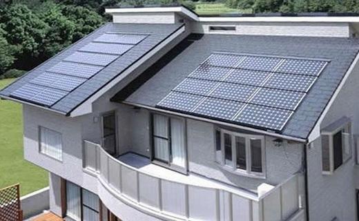 Дом с оборудованный солнечными коллекторами на крыше