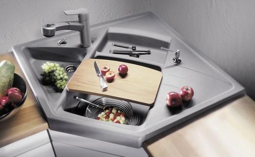 угловая кухонная мойка серого цвета