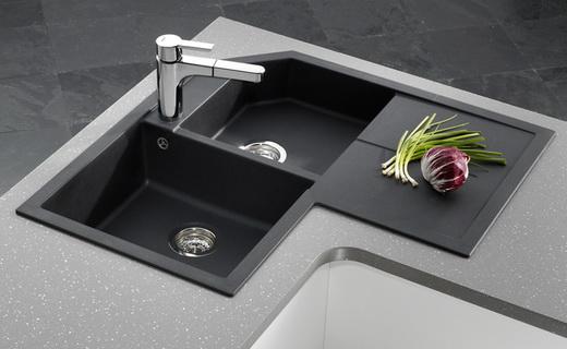 угловая раковина на кухне с двумя чашами цвета мокрого асфальта
