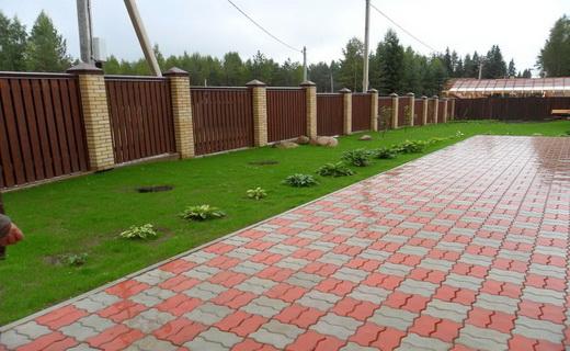 Красиво уложенная тротуарная плитка на даче