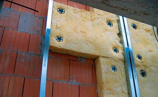 Установка теплоизоляционных плит на фасад здания