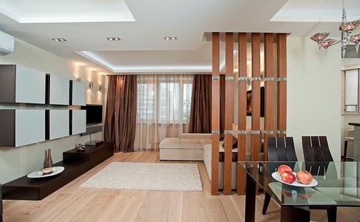 Деревянная перегородка в интерьере гостиной