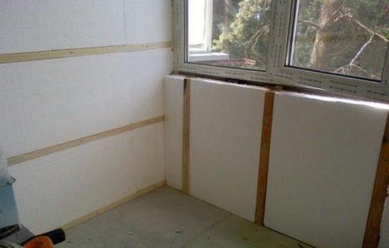 Uteplenie-sten-i-potolka-balkona-550x350